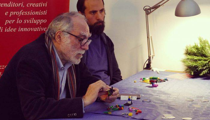 uno dei partecipanti al workshop ragiona sul suo modello