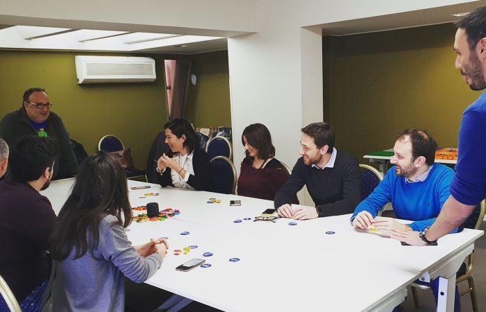 i partecipanti del workshop LEGO Serious Play seduti attorno al tavolo