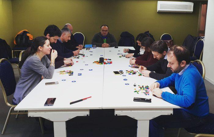 I partecipanti concentrati nella costruzione del modello