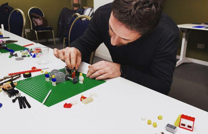 Alcuni partecipanti mettono particolare cura nel piazzare i pezzi