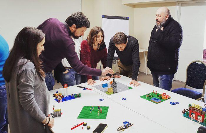 Il team collabora alla costruzione di un modello condiviso