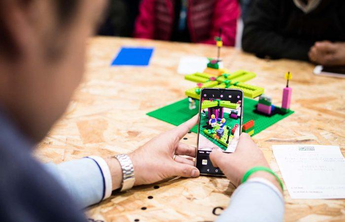 Un modello LEGO che viene fotografato