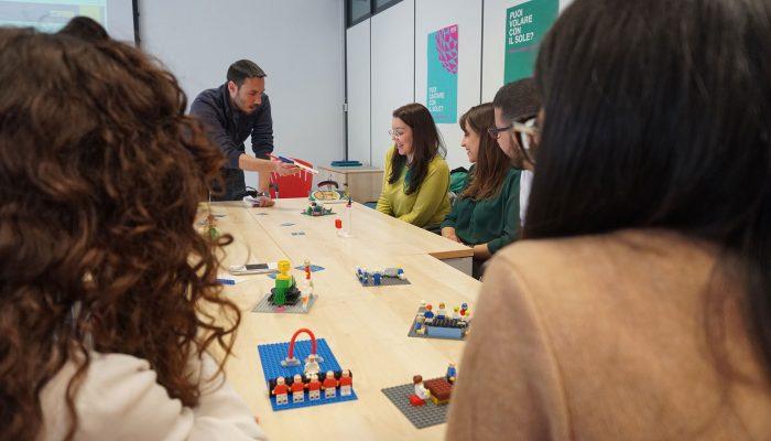Giorgio Santamaura fa una domanda sul modello di una partecipante al workshop LSP