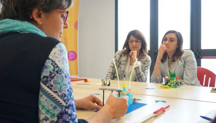 2 partecipanti ascoltano la storia del modello