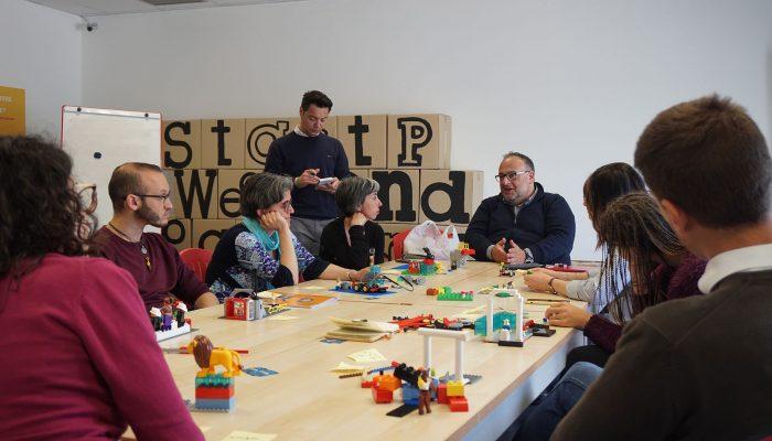 Marco Mineo spiega ai partecipanti del workshop alcune caratteristiche della metodologia LSP