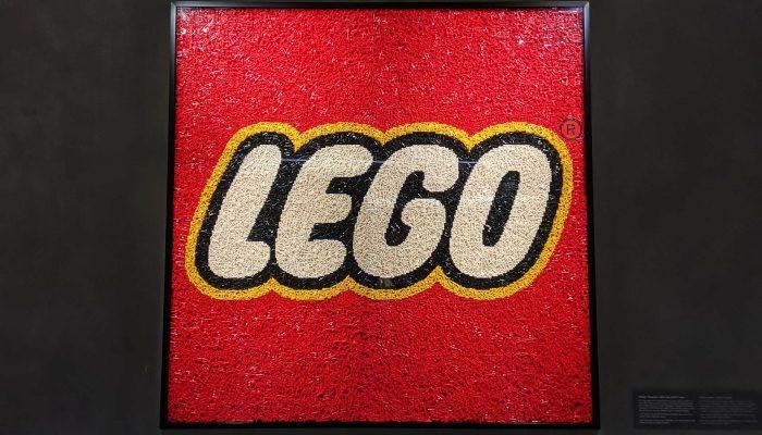 Il logo LEGO all'ingresso del museo